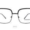 """Montures optiques rectangulaires, les Chanel 2485 ont la particularité d'avoir les branches et le dessus de la face faites en """"chaines"""" rappelant les anses des mythiques sacs de la Maison Chanel."""