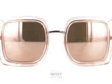 Les solaires Chanel 4240 sont de grandes lunettes de soleil dont la monture est transparente de couleur saumon. Les verres 100% U.V. sont muni d'un très joli traitement miroité or rose ayant exactement la même couleur que la monture. Les branches et le pont sont de fines pièces en métal qui, malgré que la monture soit grande, donnent une grande légèreté esthétique à l'ensemble. Porter les solaires Chanel 4240, c'est accéder à l'élégance et au luxe des grandes Maisons, être chic et très tendance.