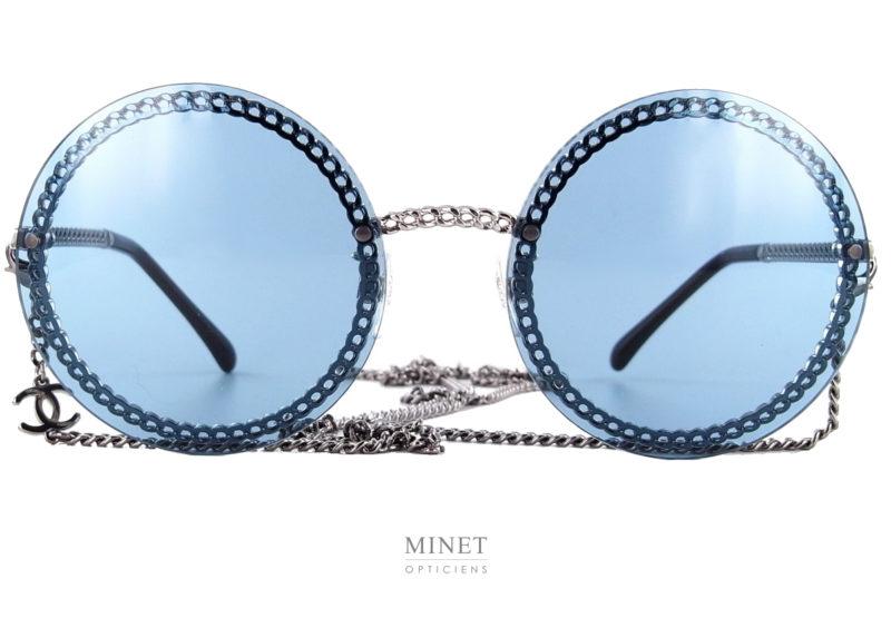 Les solaires Chanel 4245 sont de très chouettes lunettes rondes très légères. La monture est façonnée comme un chaîne, thème très cher à la Maison Chanel. Avec ces lunettes, vous recevrez une superbe chaînette amovible, munie du logo Chanel.
