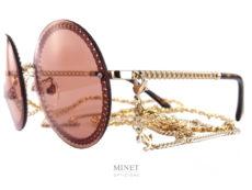 Les solaires Chanel 4245 oranges sont de très chouettes lunettes rondes très légères. La monture dorée est façonnée comme une chaîne, thème très cher à la Maison Chanel. Avec ces lunettes, vous recevrez deux superbes chaînettes amovibles, munie du logo Chanel. L'une est simple tel un collier, l'autre est entrelacée de cuir comme les chaînes des fameux sacs de la Maison Chanel.
