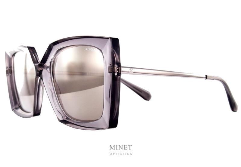 Les Lunettes de Soleil Chanel 6051 sont de grande solaires rectangulaires en acétate de cellulose grise montées de verres miroir gris et de fines branches en métal.