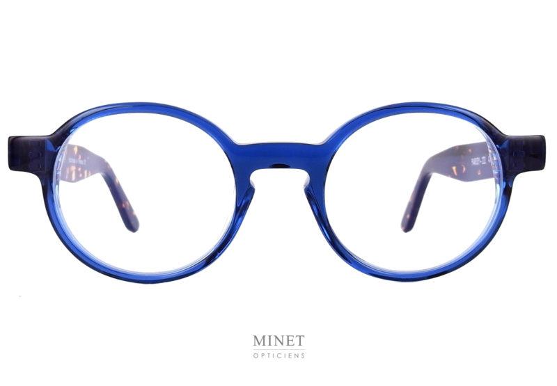 Superbe montures, les Thierry Lasry Patody sont des lunettes rondes en acétate. Celles-ci ont la face bleue et les branches de couleur écaille de tortue.