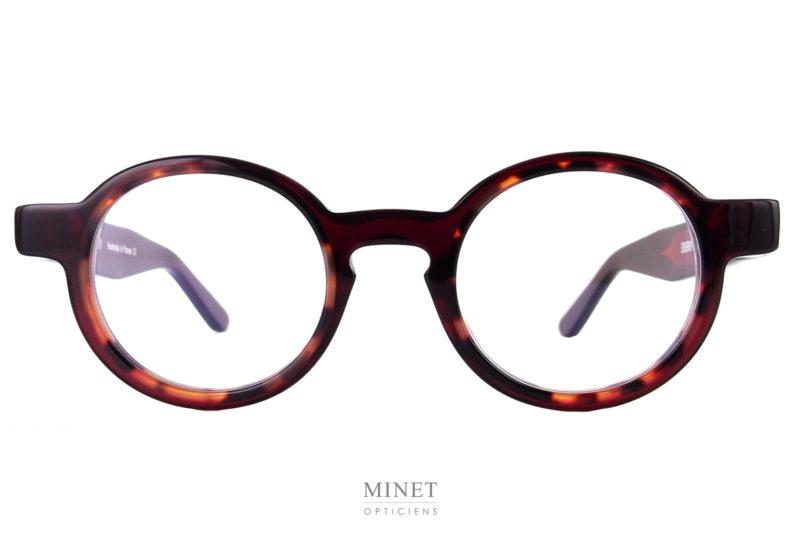Thierry Lasry Energy. Ce sont des lunettes optiques rondes unisexe. De style contemporain, originale, très bien dessinées, avec ces lunettes vous ne porterez pas la monture de monsieur tout le monde. Fils d'un père opticien et d'une mère designer,Thierry Lasrya lancé naturellement sa marque de lunettes en 2006. Le jeune créateur s'inspire des années 80 pour proposer des modèles innovants aux détails très futuristes. On retrouve dans ses collections des montures décalées et originales aux imprimés vintage et aux formes rétro. Malgré leur volume important, les lunettes sont conçues en acétate très léger et entièrement réalisées à la main en France. Les modèles ont su séduire de nombreuses célébrités telles que Madonna, Rihanna ou encore Eva Mendès. Toutes portent les désormais célèbres lunettes de soleilThierry Lasry. Vous trouverez d'autres modèles en suivant ce lien.