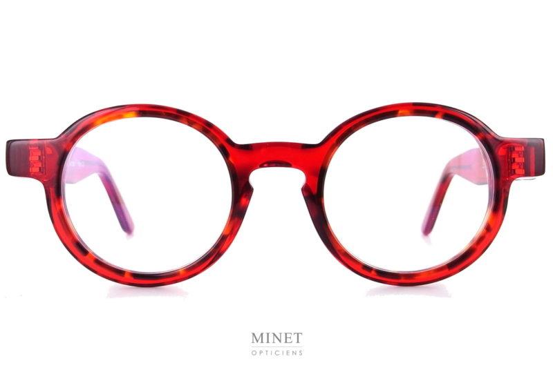 Thierry Lasry Energy rouges. Ce sont des lunettes optiques rondes unisexe. De style contemporain, originale, très bien dessinées, avec ces lunettes vous ne porterez pas la monture de monsieur tout le monde. Fils d'un père opticien et d'une mère designer,Thierry Lasrya lancé naturellement sa marque de lunettes en 2006. Le jeune créateur s'inspire des années 80 pour proposer des modèles innovants aux détails très futuristes. On retrouve dans ses collections des montures décalées et originales aux imprimés vintage et aux formes rétro. Malgré leur volume important, les lunettes sont conçues en acétate très léger et entièrement réalisées à la main en France. Les modèles ont su séduire de nombreuses célébrités telles que Madonna, Rihanna ou encore Eva Mendès. Toutes portent les désormais célèbres lunettes de soleilThierry Lasry. Vous trouverez d'autres modèles en suivant ce lien.
