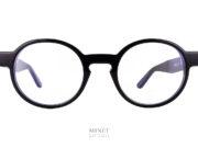 Superbe montures, les Thierry Lasry Patody noires sont des lunettes optiques rondes en acétate. Aussi bien pour dames que pour hommes, ce sont des lunettes originales que vous ne trouverez pas sur tous les visages. Fils d'un père opticien et d'une mère designer,Thierry Lasrya lancé naturellement sa marque de lunettes en 2006. Le jeune créateur s'inspire des années 80 pour proposer des modèles innovants aux détails très futuristes. On retrouve dans ses collections des montures décalées et originales aux imprimés vintage et aux formes rétro. Malgré leur volume important, les lunettes sont conçues en acétate très léger et entièrement réalisées à la main en France. Les modèles ont su séduire de nombreuses célébrités telles que Madonna, Rihanna ou encore Eva Mendès. Toutes portent les désormais célèbres lunettes de soleilThierry Lasry. Vous trouverez d'autres modèles en suivant ce lien.
