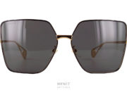 Les Gucci GG 436S sont de grandes lunettes de soleil en métal doré. Les verres rectangulaires sont entourés d'un liseret noir. Le bout des branches est fini par une pièce frappée du logo de la marque.