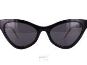 unettes de soleil fines et papillonnantes. De formes très prononcées elles sont un hommage aux lunettes américaines des années 50. Les branches sont décorées du logo et des couleurs Gucci. Telles sont les Gucci GG 597S noires.