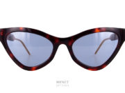 Lunettes de soleil fines et papillonnantes. De formes très prononcées elles sont un hommage aux lunettes américaines des années 50. Les branches sont décorées du logo et des couleurs Gucci. Telles sont les Gucci GG 597S écailles