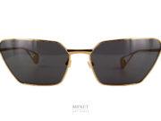Très belles lunettes de soleil, les Gucci 538S sont un hommage, vintage, aux monture fine papillonnantes des 50's. Un look super rétro revisité et modernisé. Ces lunettes de soleil en métal doré vous protégeront des rayons nocifs grâce à leurs verres d'excellente qualité de catégorie 3, 100% anti-UV.