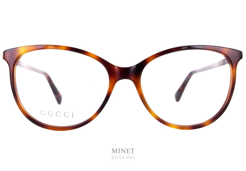 Gucci GG 550O Fines montures de forme papillonnantes en acétate de cellulose et de couleur écailles de tortue. Découvrez d'autres modèles Gucci en cliquant ici.