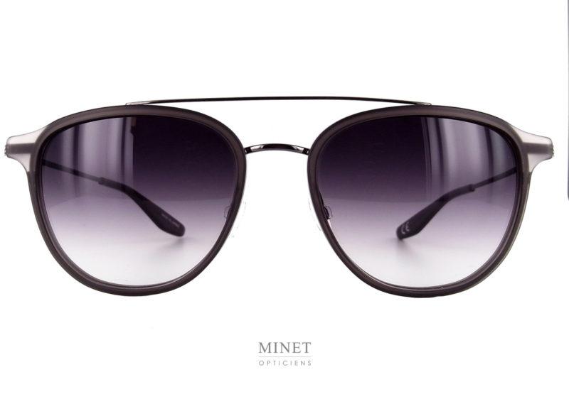 Les Barton Perreira Courtier Black sont de nouvelles montures solaires en titane Japonais. Le titane Japonais est le matériel de la meilleurs qualité dans lequel ont peut fabriquer des lunettes en métal, il est aussi gage d'une finition sans faille. La face est combinée avec un très bel insert en acétate de cellulose de couleur grise translucide. Le double pont bien que très esthétique, ajoute une certaine rigidité à l'ensemble afin de vous garantir un confort de port optimal. L'opticien Minet et sont équipe est fier de pouvoir vous présenter la toute nouvelle collection de chez Barton Perreira. Créée en 2007 par Bill Barton et Patty Perreira,Barton Perreiraest une marque de luxe révolutionnant l'industrie de la création de lunettes design. Leurs pièces sont fabriquées au Japon dans le respect du savoir-faire artisanal. Ces deux créateurs innovent et proposent une marque indépendante mettant à votre disposition des produits raffinés au look minimaliste faits à la main par des artisans qualifiés et dans des quantités limitées. Chaque paire de lunettes est une oeuvre d'art unique et élaborée à partir des meilleurs matériaux. Barton Perreiraa choisi des verres d'une grande qualité, organique CR-39 ou minérale offrant une protection impeccable. Les teintes sont disponibles dans une large palette de couleurs pouvant ainsi sublimer n'importe quel visage et n'importe quelle style. Pour le reste de la collection suivez ce lien.