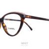 Les Chanel 3393 sont de très belles lunettes optiques papillon en acétate de cellulose de couleur écaille. Le dessus de la monture est de couleur claire et frappé du logo ainsi que du nom Chanel.