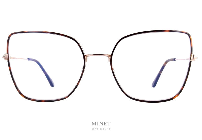 Tom Ford 5630. Grande monture fine en métal de forme papillon. De couleur or, les cerclages des verres sont décorés d'une fine bande de couleur écaille de tortue. C'est le grand retour des lunettes métal oversized style 80's.