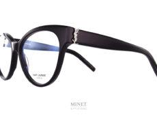 Saint Laurent SL M34. Monture optique pour dames de forme papillonnante. Les larges branches sont décorées du mythique logo YSL, signe distinctif de la Maison de haute couture. Synonyme de Luxe et d'élégance.