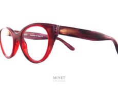 Les Thierry Lasry Teasy sont des lunettes de créateur en acétate de cellulose et de forme papillonnantes. Montées avec de larges branches lui donnant un style fort et contemporain.