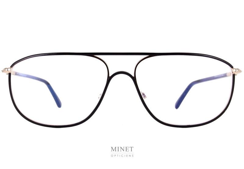Monture en métal dans le plus pure style des 80's. les Tom Ford TF5624 sont de très belles lunettes luxe en métal doré recouvert d'un windsor noir au niveau de la face. Les branches sont en acétate de cellulose, renforcées par une partie en métal doré au niveau de la charnière.