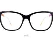 Les Chopard VCH254 sont de grandes lunettes optiques pour dames. Les branches en métal doré sont finement découpées telle une dentelle . Imitant les formes que l'on trouve dans la nature.