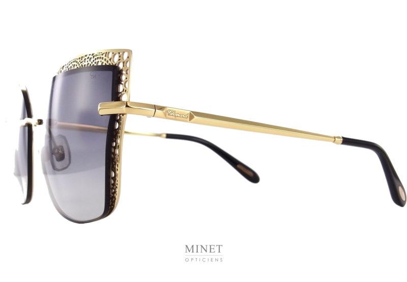 Les Chopard SHHC84 sont de magnifiques lunettes de soleil à la finition très luxueuse. Grande solaires aux formes papillonnantes. Les verres dégradés gris sont sertis d'une plaque dorée très finement ciselé donnant une très belle impression de grandeur et de légèreté.