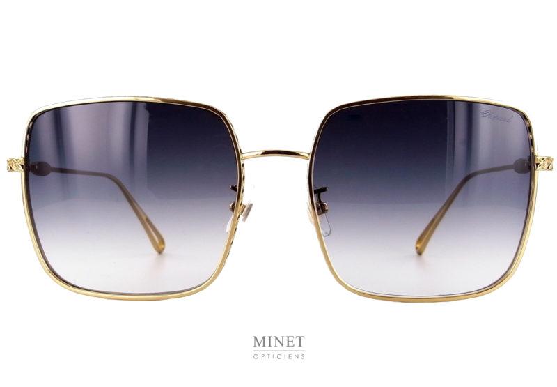 Les Chopard SHHC85 comme les 261 sont de magnifiques lunettes de soleil à la finition très luxueuse. Grande solaires aux formes carré. la monture en métal doré est très joliment décorée au niveau de la tranche des verres.