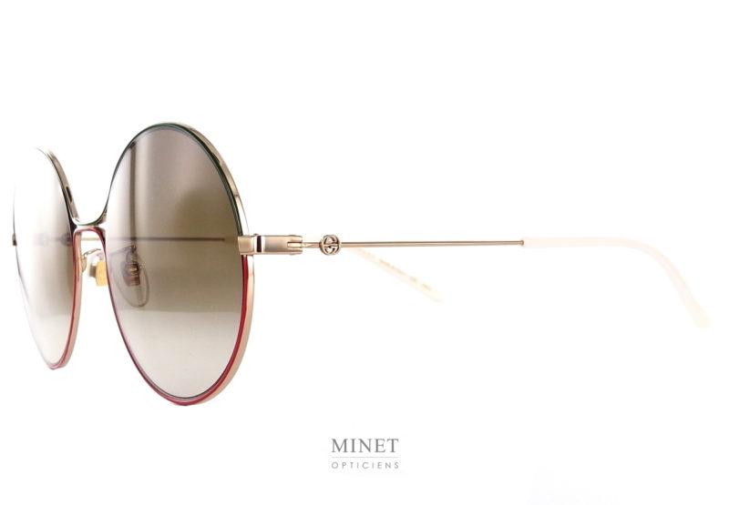 Les lunettes Gucci GG 395S sont de grande lunettes rondes en métal cerclées du fameux rouge et vert Gucci . Très fines confortable et légères ces très belles solaires de luxe seront se faire oublié sur votre nez.