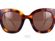 Les Gucci GG 564S sont de très belles lunettes de soleil en acétate de cellulose. La face et les branches sont de couleurs différentes. Ainsi, vous avez la face de couleur écailles de tortue alors que les branches sont complètement transparentes. Sur ces branches, seul l'armature métallique gravée de 3 Gucci est visible.