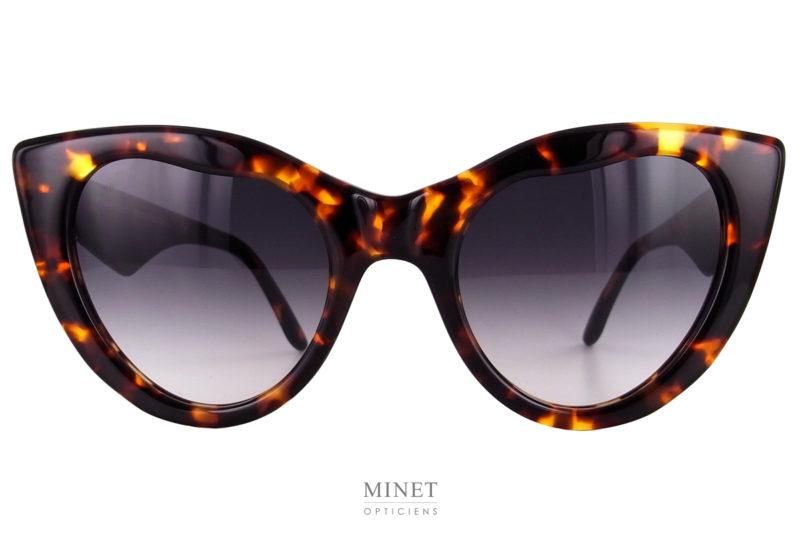 Laurence D'Ari Intense. Très belles lunettes de soleil papillon. La découpe originale des verres ainsi que celle des branches en font une monture unique. Cette solaire, malgré son originalité, a su garder son chic et son élégance.