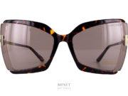 Nouvelles Tom Ford Gia TF766 brunes. Tout nouveau modèle de lunettes de soleil, les Tom Ford Gia sont de grandes solaires de forme papillon. L'originalité vient du faite que la face est en acétate de cellulose alors que les branches en métal sont directement accrochées aux verres.