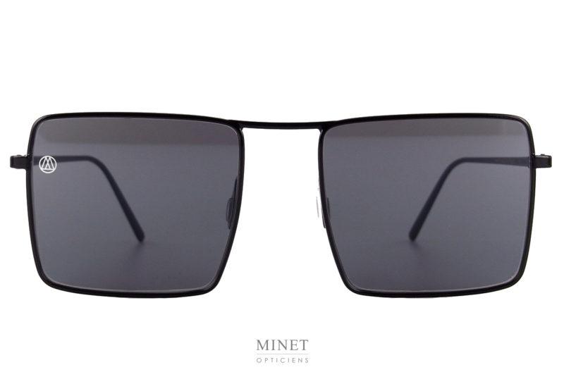 On change de style on passe aux verres rectangulaires. Toujours avec des verres plats. La monture est en acier très souple et résistante.