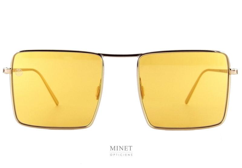 On change de style pour la 8000 Eyewear 8M12 gold, on passe aux verres rectangulaires. Toujours avec des verres plats. La monture est en acier très souple et résistante.