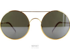 Les 8000 Eyawear 8M4 sont des lunettes de soleil pour hommes rondes montées de verres plat. Ces verres plats donnent un effet légèrement miroité. Les embouts des branches sont en cuir véritable donnant un très grand confort sur les oreilles.
