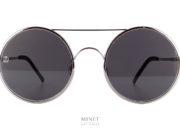Les 8000 Eyawear 8M4 Silver sont des lunettes de soleil pour hommes rondes montées de verres plat. Ces verres plats donnent un effet légèrement miroité. Les embouts des branches sont en cuir véritable donnant un très grand confort sur les oreilles.