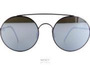 Toujours dans le style Vintage montées avec des verres ultra-plat, les lunettes de soleil 8000 Eyewear 8M6 sont de superbes montures. Très légère avec une finition sans faille. les verres sont miroité et les embouts sont en cuir.