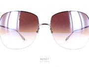 Les solaires Barton Perreira Harmonia sont de grandes lunettes de soleil pour dames en titane. Très chic, délicieusement vintage et très légères. Cette légèreté rend les lunettes super confortables. Un vrai plaisir a porter tout au long de la journée.