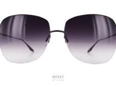 Les solaires Barton Perreira Harmonia Black sont de grandes lunettes de soleil pour dames en titane. Très chic, délicieusement vintage et très légères. Cette légèreté rend les lunettes super confortables. Un vrai plaisir a porter tout au long de la journée.