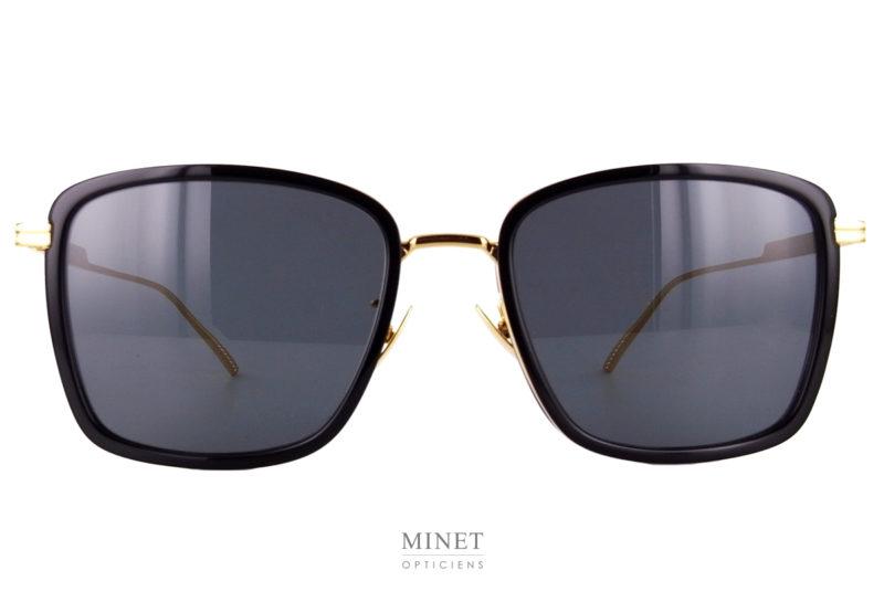 Bottega Veneta BV 1008SK. Lunettes de soleil en métal doré. Les verres, de forme rectangulaire, ont un cerclage en acétate noir jouant sur les contrastes noir et or.