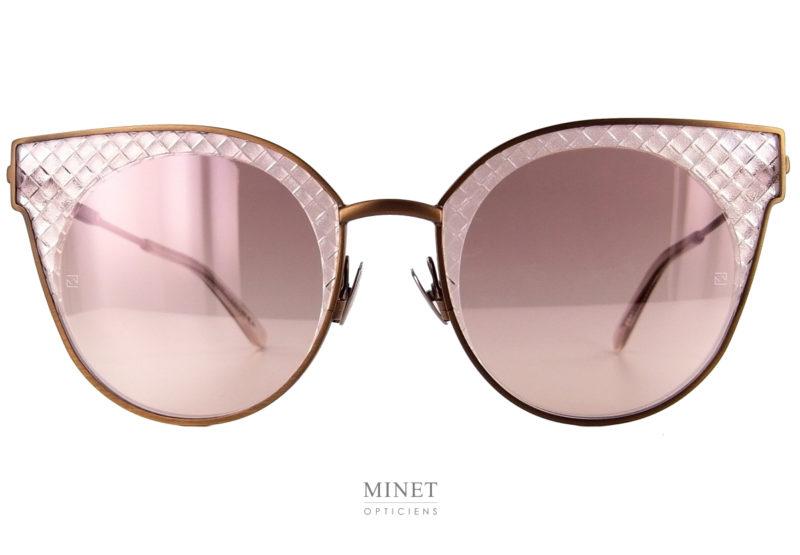 Les Bottega Veneta BV 189s sont de superbe lunettes solaires pour dames. Ces lunettes ont la particularité d'avoir les verres gravés de façon à donner l'aspect du matelassé typique de la Maison Bottega Veneta. La monture en métal imite les contours d'une monture en cellulose. Grâce a cela, vous bénéficiez de la légèreté du métal avec l'aspect d'une monture en acétate.