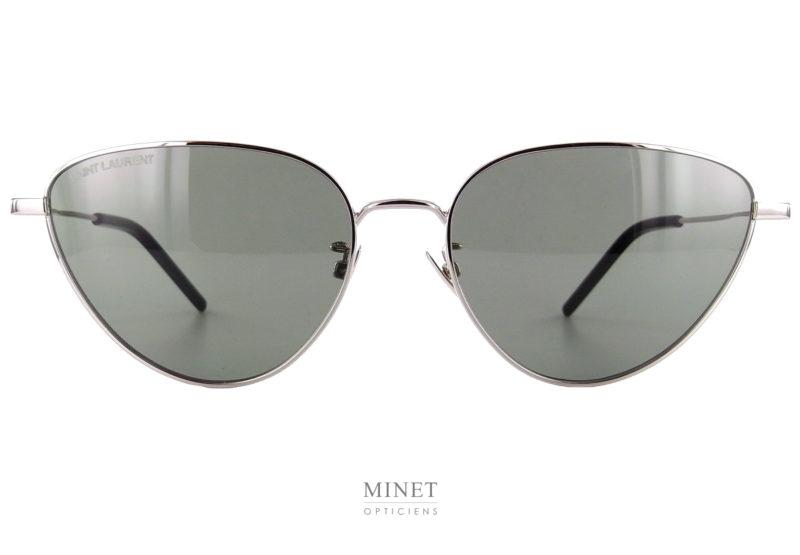Lunettes métalliques de forme papillon. Les Saint Laurent SL 310 sont de très belles lunettes solaires de luxe. La monture en métal, très fines et légères vous apportera un superbe style et un grand confort.