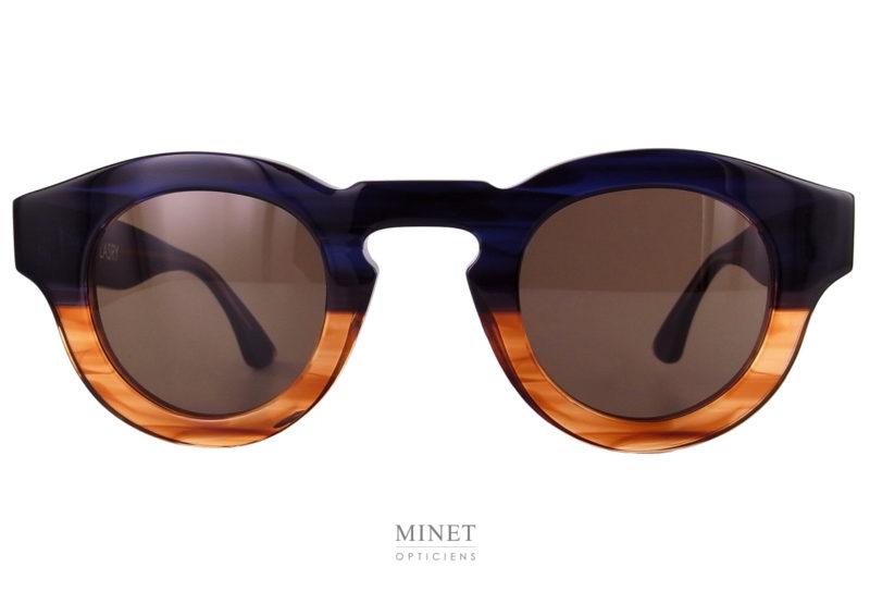 Thierry Lasry Rumbly. Lunettes de soleil unisexe. la monture est bicolore bleu et écaille. Les verres bruns de grande qualité sont 100% UV.