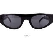 Thierry Lasry X Koché Cobalt, des lunettes de soleil dans le style futuriste. Christelle Kocher qui apporte le style urbain et radicale s'est associé au savoir faire du lunetier Thierry Lasry, qui développe, pour l'heure, une paire de lunettes de soleil inédite.