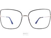 Les Tom Fod 5613-B. Lunettes dames oversized en métal et de forme papillonnantes. Les cerclages sont noirs tandis que les branches sont dorées. Comme toutes les lunettes Tom Ford les branches sont décorées du célèbre T.