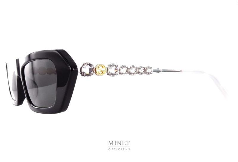 Les lunettes Gucci 642S sont de superbes lunettes solaires dont la face, de forme plate et rectangulaire, est en acétate de cellulose et les branches sont en métal décorées de grand strass très glamour.