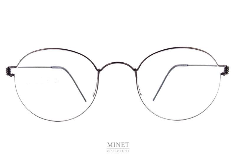 Lindberg Air Titanium Rim Mortem. La collection Air Titanium rim sont des lunettes en fil de titane où la monture est sertie dans les verres, contrairement aux autres lunettes où c'est le contraire. Grâce à ça, vous avez des monture discrètes fine et légères.