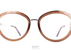 Les Tom Ford 5669 dorées sont de nouvelles lunettes optiques pour dames combinée métal et acétate. Grandes rondes originale et très glamour. La collection de lunettesTom Fordprésente des montures pour la femme et pour l'homme caractérisées par autant d'éléments sophistiqués qu'innovants. De la monture sobre style rétro jusqu'aux modèles au style avant-gardiste, les lunettes luxe de vueTom Fordsont audacieuses, les coloris recherchés, les matières luxueuses, les finitions exceptionnelles. Les collections de lunettesTom Fordpeuvent être regroupées en trois groupes : «Iconique», «Classique chic» et «Vintage». Les modèles affirment avec décision un style personnel. Le design allié à des détails luxueux et raffinés est synonyme de confort total et de légèreté. Vous trouverezicile reste de la collection. Et pour en savoir plus l'univers de Tom Ford suivez ce lien.