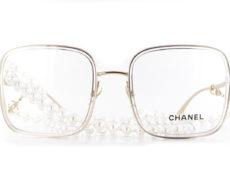 Les nouvelles Chanel 2195 sont de grandes lunettes optiques de forme carrée. Ces Lunettes combine le métal qui compose la face et les branches et l'acétate de cellulose qui forme le cerclage des verres. Aux branches, vient s'accrocher, un superbe chaînette en perles. Car les perles font partie des codes qui ont fait la renommée de la Maison.