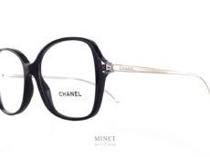 Lunettes optiques de luxe, Les Chanel 3399 sont de grandes lunettes de forme papillon. La face est en acétate de cellulose est noir et cristal. Ces deux couleurs nous permettent d'avoir une lunettes de caractère mais pas trop lourdes, tandis que les fines branches en métal argenté gravées du nom de la maison continuent a nous donner ce sentiment de légèreté malgré la grande taille de l'ensemble. Ces lunettes vous apporteront un confort d'utilisation et un style très chic.