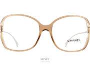 Lunettes optiques de luxe, Les Chanel 3399 C1090 sont de grandes lunettes optique pour dames de forme papillon et de couleurs très douce. La face est en acétate de cellulose de couleur beige et cristal. Ces deux couleurs nous permettent d'avoir une lunettes de caractère mais pas trop lourdes, tandis que les fines branches en métal argenté gravées du nom de la maison continuent a nous donner ce sentiment de légèreté malgré la grande taille de l'ensemble. Ces lunettes vous apporteront un très grand confort d'utilisation et un style très chic.