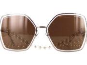 La Chanel 4262 ici présente, est une superbe lunette solaire de luxe munie de la fameuse chaîne en perles de culture. Chaque perle est protégée dans une autre perle. Cette façon de faire fait directement référence aux bijoux fantaisie créer par Coco Chanel. Symbole de luxe et d'élégance. Les verres solaires sont entouré d'un liseré cristal renforçant le style et les codes de la Maison. La monture est en métal, et les branches ont un anneau ou s'y accroche la superbe chaîne en perle. La chaîne de la Chanel 4262 est, bien évidemment, réhaussée du double C muni de strass. Autre code significatif du luxe et du style de la Maison Chanel. Ces lunettes vous apporteront un très grand confort d'utilisation et un style très chic.