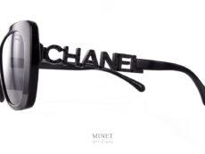 La solaires Chanel 5422 est une grande lunettes de forme papillon. Les branches sont formées par les lettres C.H.A.N.E.L. incrustées de petit strass noirs.