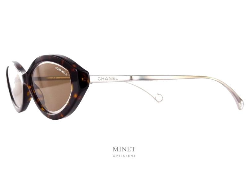 Les lunettes solaires Chanel 5424 sont de petites montures de couleur écaille. Les verres bruns sont décorés par un fin liseré cristal.Branches fines métal.