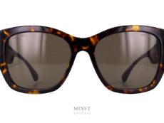 Les Chanel 5469 sont de très belles solaires de luxe. Très classique de par leur couleur écaille de tortue elles le sont nettement moins quand on voit leurs larges branches munies d'un miroir translucide. Le verre miroir posé sur les branches est, bine entendu, munie du double C. Signe reconnaissable entre tous comme étant la marque de fabrique de la Maison de luxe Chanel.